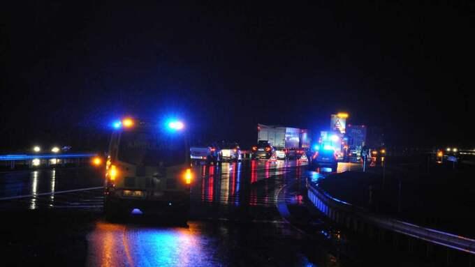 Tre bilar körde mot färdriktningen på E18. Foto: David Hårseth/Dagsmedia AB