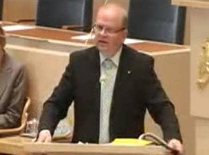 Förlöjligas på nätet. Med händerna på talarstolen konstaterade jordbruksminister Erlandsson att sexövergrepp på djur är avskyvärda, men att gränsdragningarna är svåra. Sedan drog han några exempel som fått politiker och djurvänner att förfasa sig. Nu förlöjligas hans debattinlägg på Youtube i ett välbesökt klipp.