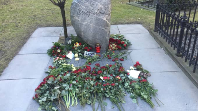 Blommor vid Olof Palmes grav under söndagen. Foto: Elisabeth Lidén