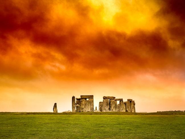 Spår av stora läger, ceremonier och festligheter vid Stonehenge har fått forskare att tänka om.