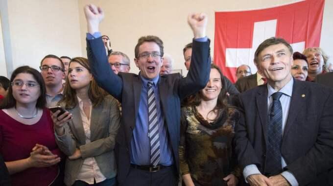 SVP-ledare jublar efter omröstningen blev klar Foto: Marcel Bieri / Epa / Tt