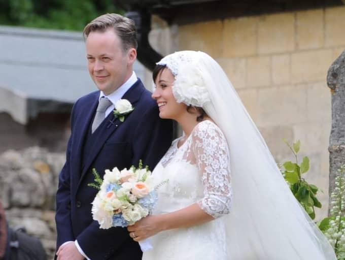 Lily Allen gifte sig med Sam Cooper 2011, då hon var gravid med dottern Ethel, 2. I dag har de även dottern Marnie, 1, tillsammans.