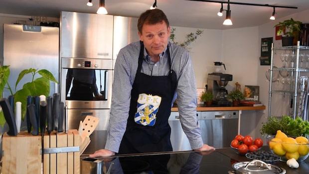 Här ställer sig Torbjörn Nilsson i köket