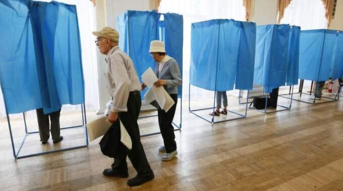 IN I BÅSET. Väljare i Ukraina på väg att avlägga sin röst i presidentvalet den 25 maj, som kandidaten Petro Porosjenko vann stort. Foto: Gleb Garanich