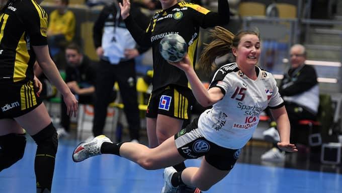 Olivia Löfqvist vräker sig in i straffområdet och skjuter a ett av sina många Lugi mål. Foto: /IBL / /IBL