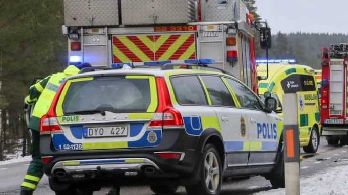 Minst två bilar är inblandade i olyckan. Foto: Henrik Åslund / Hs-Foto