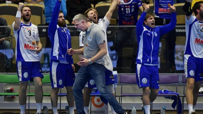 Mikael Franzén och Alingsås jublar efter att ha tagit sig till sin fjärde raka SM-final. Foto: /IBL