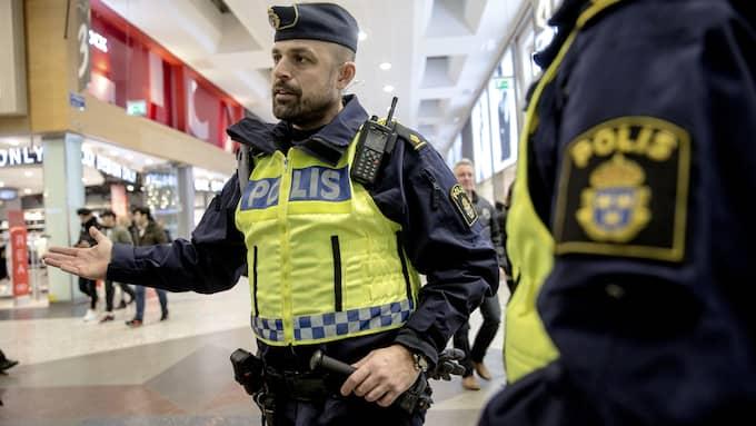 """""""Det här har blivit en stor fritidsgård om kvällarna"""", har polismannen Roberto tidigare sagt till GT. Foto: HENRIK JANSSON"""