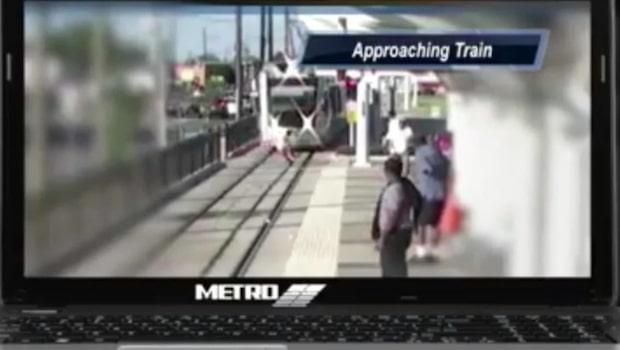 Barnet är millimeter från att bli påkörd av tåget