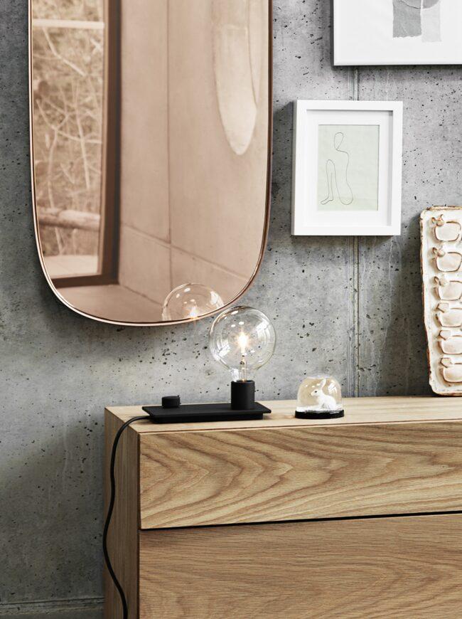 Investera i en snygg spegel och kanske en byrå. Spegeln Framed från Muuto finns i många storlekar och färger. Byrån Reflect i massiv ek kommer från Svenssons.