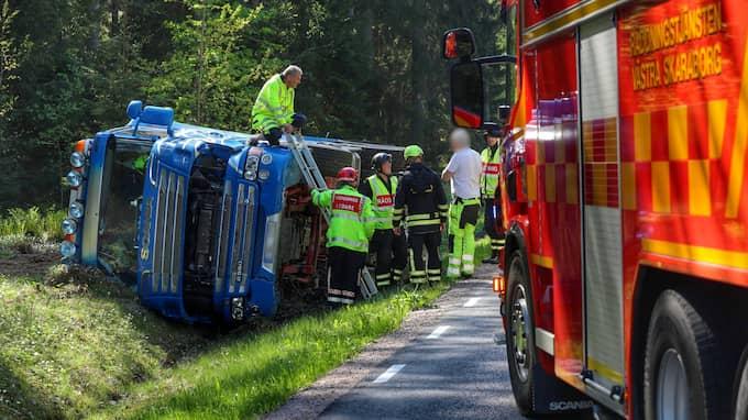 En lastbil har kört i diket i utkanten av Lidköping. Foto: TORBJÖRN AXELSSON