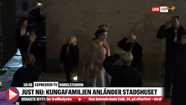 Här anländer kungafamiljen till Nobelfesten