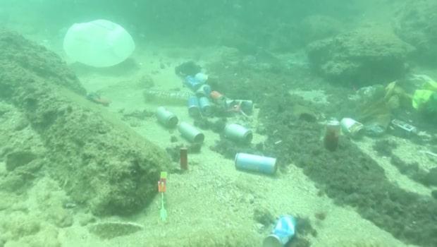 Soporna täcker Beiruts stränder