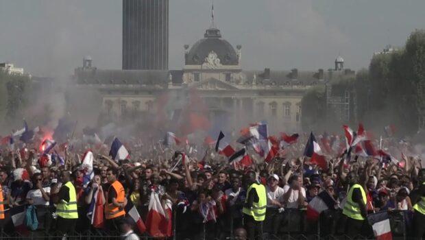 Se firandet i Paris efter Frankrikes 1-0 mål