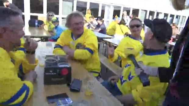 Svenska och danska fans hejar på Tre Kronor
