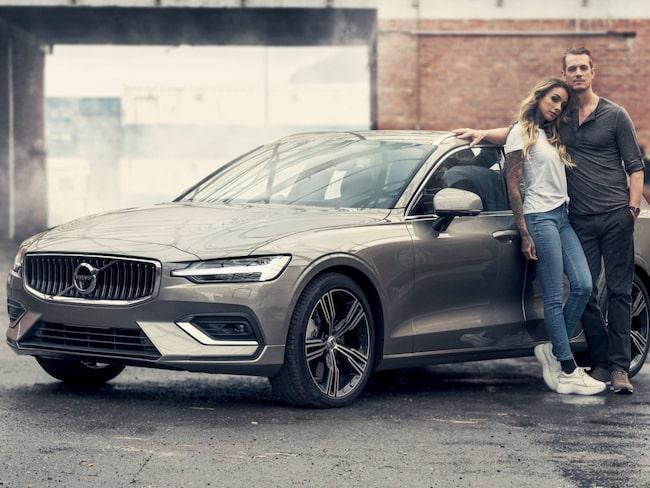 Skådespelaren Joel Kinnaman och hans fru, tatueraren Cleo Kinnaman, ska marknadsföra nya Volvo V60.