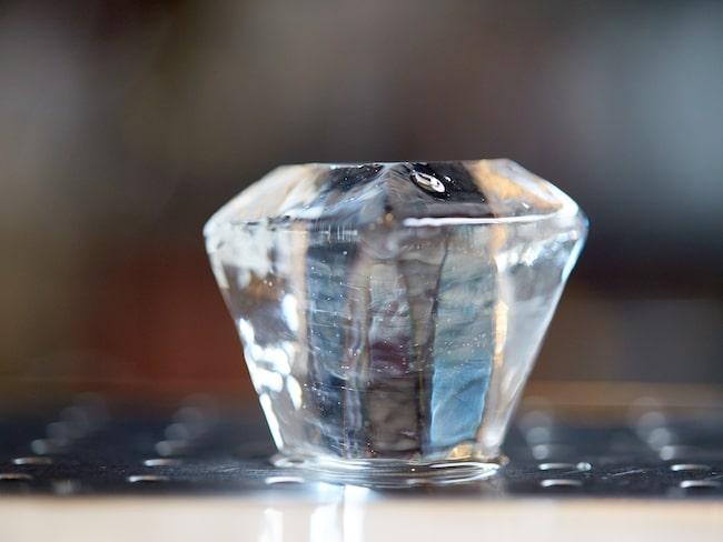 För att kunna få stora och eleganta kuber utav is, precis som de i flådiga barer, kan man med fördel använda glassförpackningar i plast för att få till block av is och sedan karva.