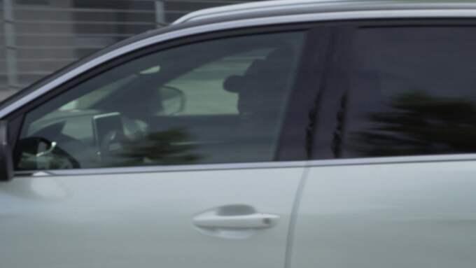 Här kör Sarfo bil – trots avsaknaden av körkort. Foto: TV4