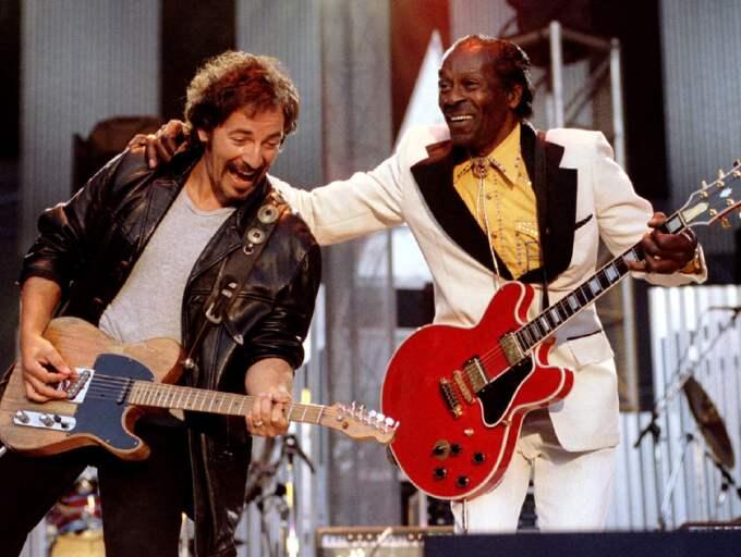 Chuck Berry under en spelning med Bruce Springsteen. Foto: Stringer / REUTERS X80002