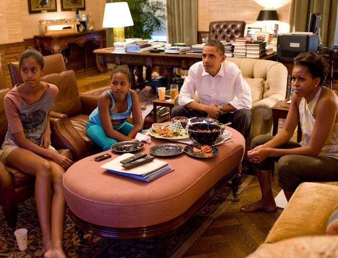 """Familjen samlad vid """"soffbordet"""" framför VM-finalen. Foto: Pete Souza"""
