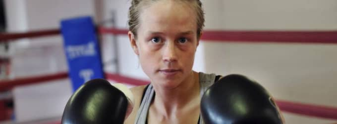 """På torsdagen väger världsmästaren i kickboxning, Therese Gunnarsson, in för att vara med på SM i boxning. """"Jag har bra krut i nävarna också"""", säger hon till KvP. Foto: Christer Wahlgren"""