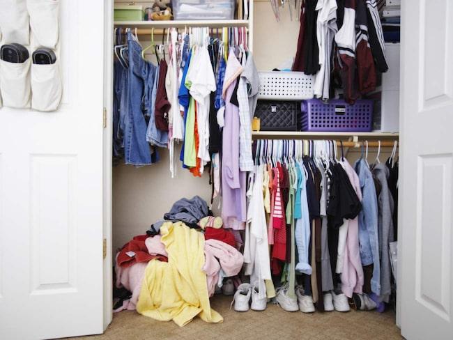 <span>Skippa ordningen i garderoben – stäng dörren. Det som inte syns finns inte.</span>