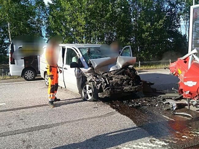 Resultatet av vårdslös körning nära en bärgningsbil.