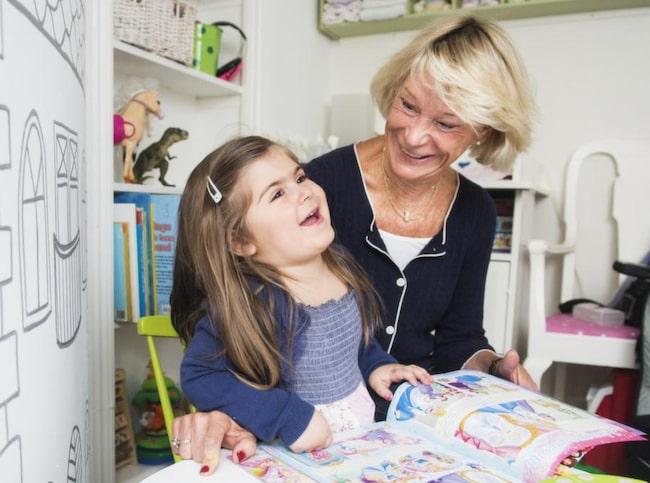 """Alina, 3, är världens bästa tjej, säger extramormor Madeleine Mesterton. Och det märks att hon har en plats i Alinas liv. """"Här är ditt handfat, Madeleine, och här är mitt"""" säger hon i låtsasleken."""