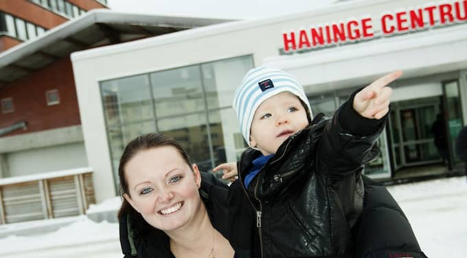"""FÅR PENGAR ÖVER. Kommunalskatten sänks med 30 öre i Haninge kommun. """"Det är jättebra, då får man lite pengar över till annat. Hoppas de inte skär ned på typ skolor och dagis bara"""", säger Therese Lindbergh, 26, personlig assistent boende i Tungelsta med sonen Elvis Brolin, 2. Foto: Magnus Jönsson"""