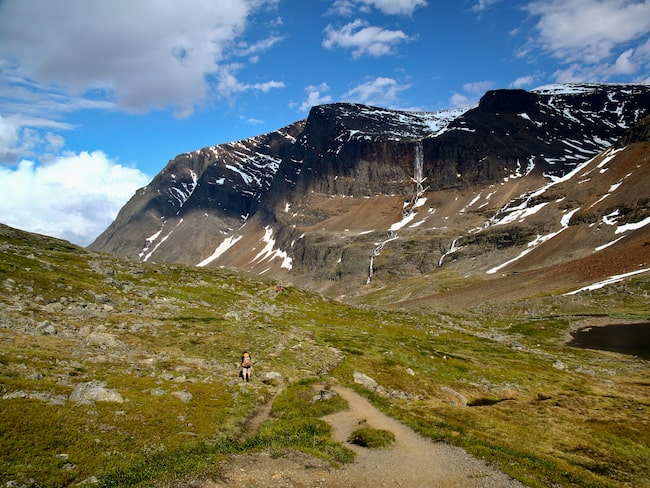 Varje år vandrar tusentals människor från Kebnekaise fjällstation upp till toppen.
