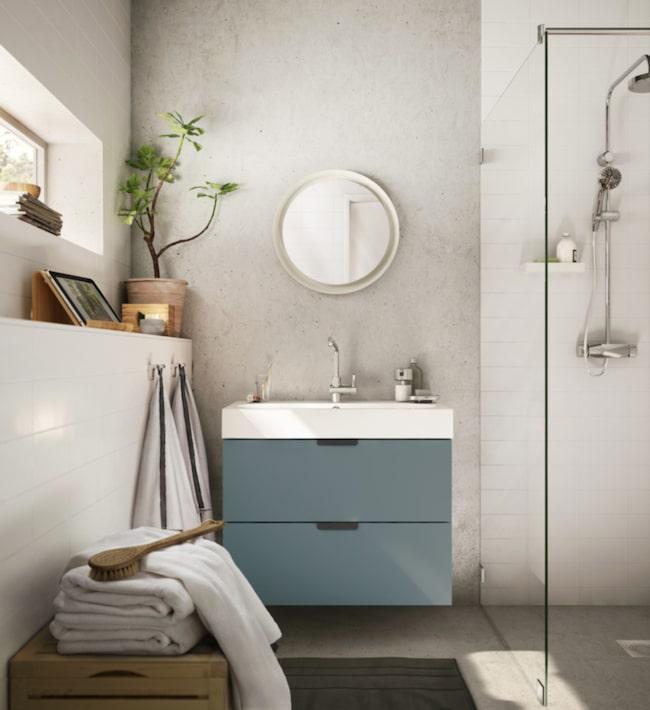 <span>Inred badrummet med fina detaljer och gröna växter för en härlig känsla. Här kommoden Godmorgon i en ljuvligt dov ton – nyhet från Ikea.</span>