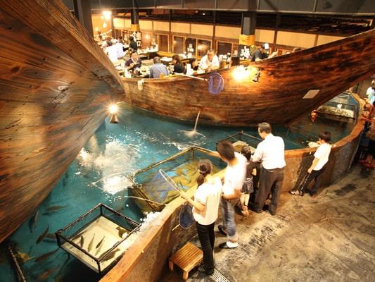 På restaurangkedjan Zauo får gästerna fiska upp sin mat med metspö.