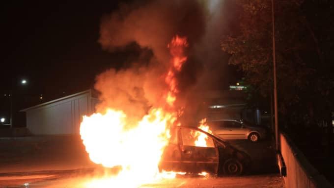 Oroligheter i närheten av området där en lägenhet brann natten mot lördagen gjorde att räddningstjänsten försenades. En man dog i lägenhetsbranden. Foto: Utryckning Uppsala