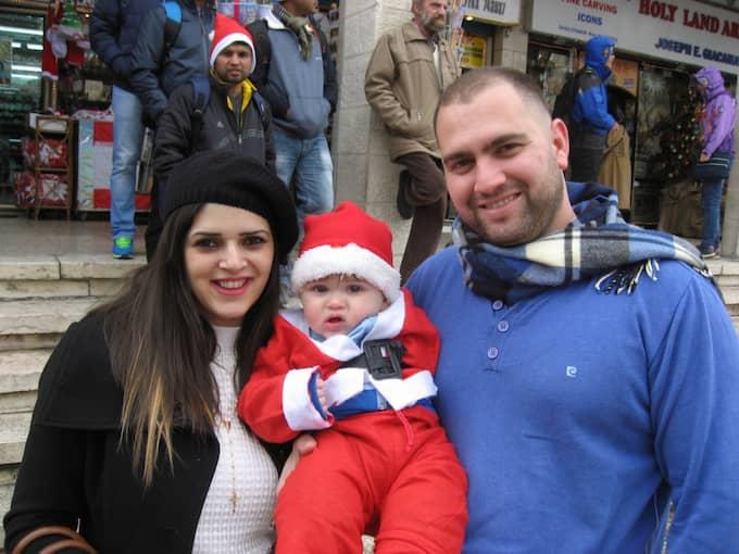 Christina Karawany, 27, tjänsteman, maken Tamer, 28, och sonen Taim, 9 månader, palestinier med israeliskt medborgarskap: – Fantastiskt att fira jul i Betlehem. Hela stan firar, god mat, parties. Vi stannar några dagar. Foto: Arne Lapidus