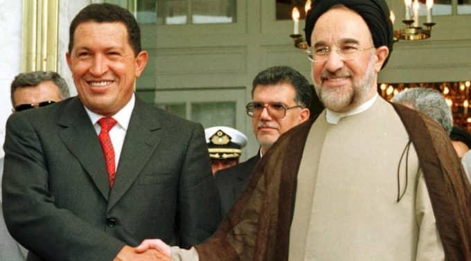 Chávez bredvid Irans dåvarande president Mohammad Khatami. Foto: Vahid Salemi