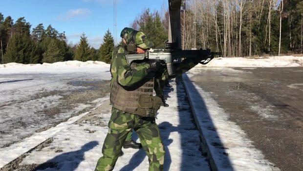 Här testar Victoria Försvarsmaktens vapen