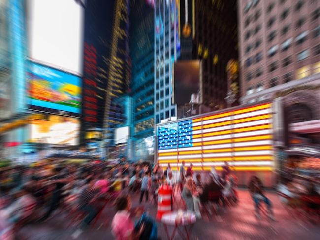 Times Square i New York vimlar av turister och utklädda personer som vill ha turisternas pengar.