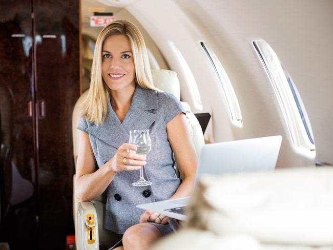 Chanserna för en uppgradering ökar om du är med i flygbolagets bonusprogram och har rest mycket med bolaget i fråga, menar en pensionerad kundserviceagent.