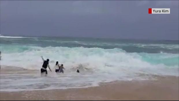 Pojken dras med i vågorna - då kommer främlingen till undsättning