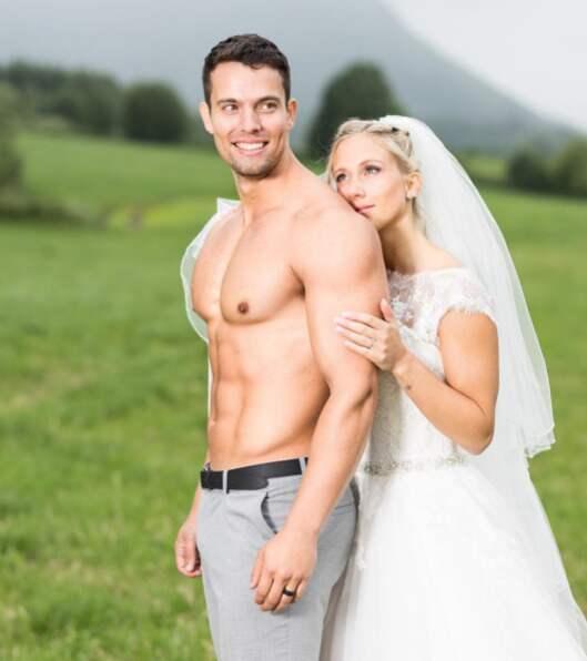 Han är så stolt över sin kropp att han kastade tröjan på bröllopsfotot. Foto: Instagram