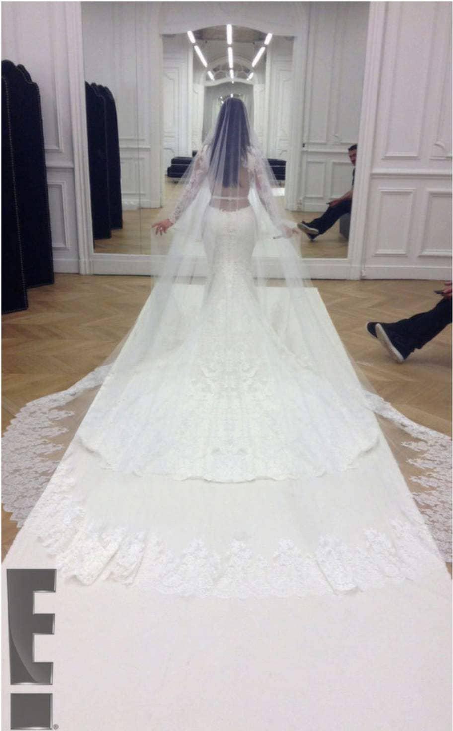 Kim Kardashian i klännningen som hon i lördags sa Ja! i. En spetsdröm i vitt med sidenslöja i maxilängd. Designern Riccardo Tisci har gjort denna Givenchy Haute Couture-klänning till Kims stora dag. Läs mer på EOnline. Foto: EOnline
