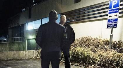39-ÅRINGEN GREPS trots att han inte ens var misstänkt för brott utan bara skulle höras som vittne. Här pratar han med GT:s reporter Jan Sprangers. Foto: Jan Wiriden